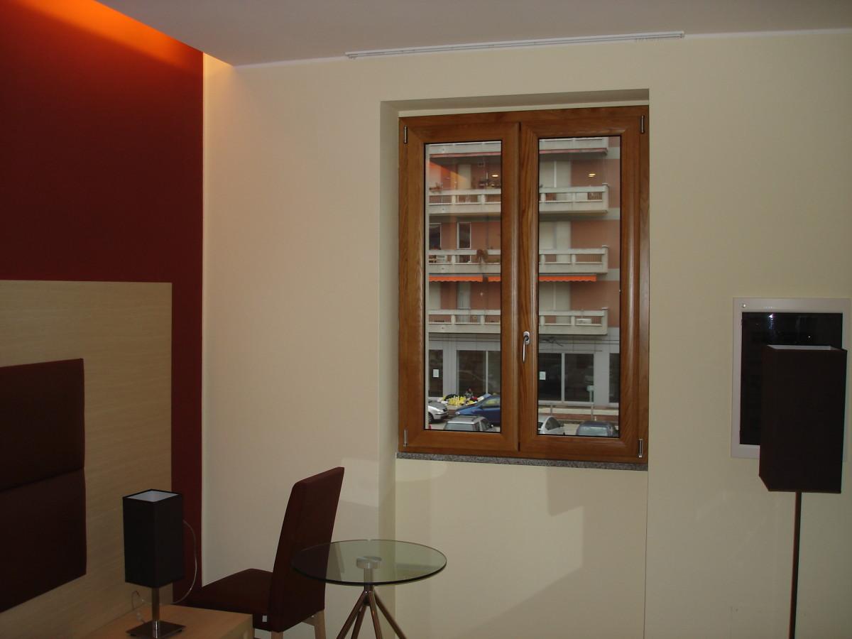 Finestra due ante in alluminio+legno; essenza rovere naturale